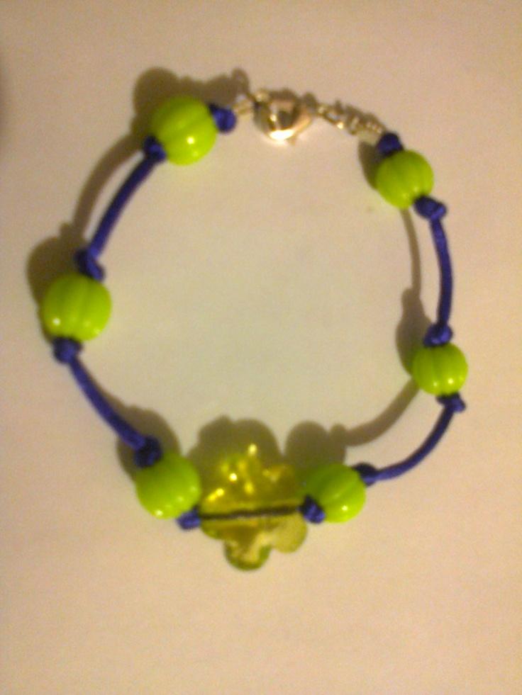 KA_P012 - Pulsera en color morado y verde limón con broche metálico.
