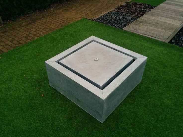 Eine Wasseranlage im Garten muss nicht zwangsläufig aus einem Teich oder Springbrunnen bestehen. Auch ein VIVERETTO Wassertisch mit sprudelnder Quelle bringt Ihnen  Wasser in den Garten.