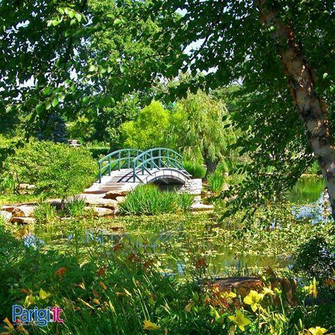 A un'ora da Parigi si trova Giverny, il paese natale di Monet. Qui tutto allude ai quadri del pittore impressionista, dai fiori allo stagno delle ninfee fino al famoso ponticello giapponese.