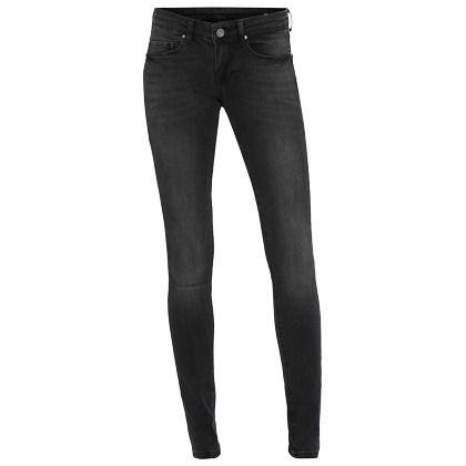 Een zwarte jeans is een echte must have.. Heb je even geen inspiratie dan ga je voor je zwarte jeans in combinatie met een leuke top..  En laat jou nou net een donkere broek super staan! Shop hier vanaf: € 39,95