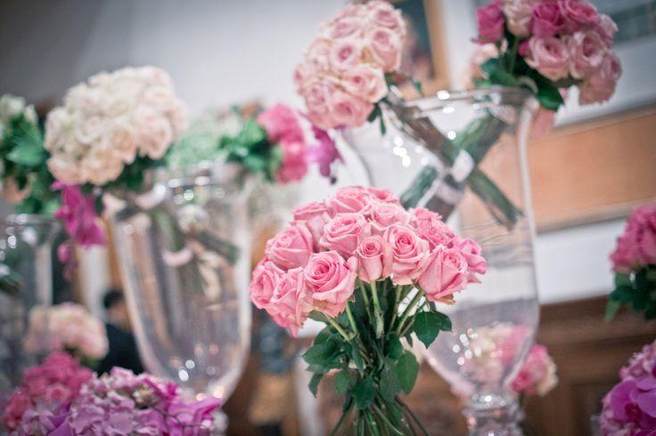Fiori e candele per il tavolo d accoglienza .