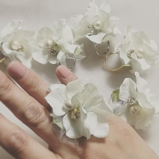 @marry_editors で見て、作りたくなって思い立ったかのようにフラワーリング作ってみた♥  よしなんとか間に合ったぁ~♥ お花の真ん中にコットンパールとラインストーンもつけてかわいさ倍増♥  ここで先に出したらサプライズもなにもないけどw 明日の夜はみんなでこれつけるよー♥♥ 明日晴れますように みにくい手をのせてすみません #marry  #フラワーリング #ブライズメイドもどき #すみれ会 #風邪大丈夫かな #ひとちゃん明日楽しみにしてるね♥ #花嫁diy #結婚式 #プレ花嫁 ではなくて#卒花 #ハンドメイド #ひとちゃんウェディング