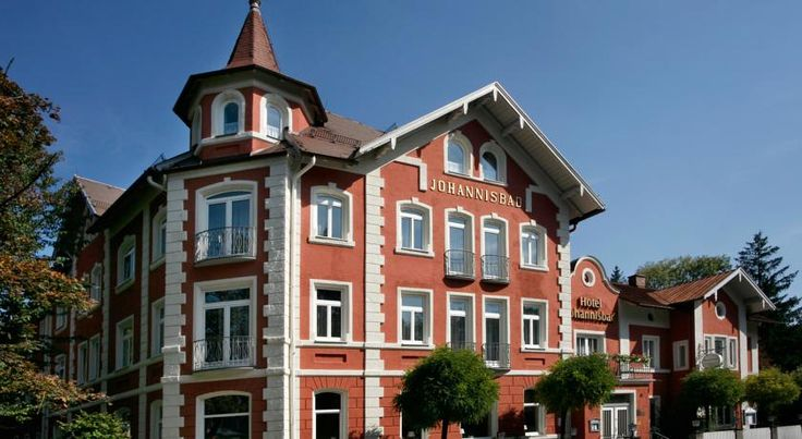 mD Hotel Johannisbad Bad Aibling Situated next to the spa gardens in the town of Bad Aibling, this charming 3-star hotel offers comfortable accommodation, a traditional Bavarian restaurant and an attractive garden.
