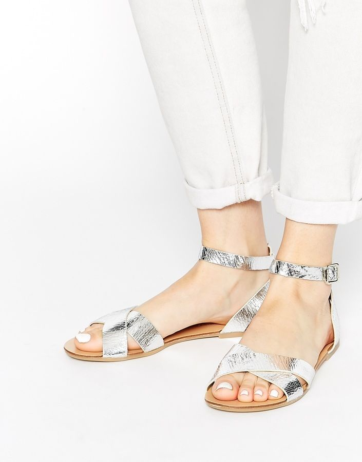 €58, Silberne Flache Sandalen aus Leder von Pieces. Online-Shop: Asos. Klicken Sie hier für mehr Informationen: https://lookastic.com/women/shop_items/193572/redirect