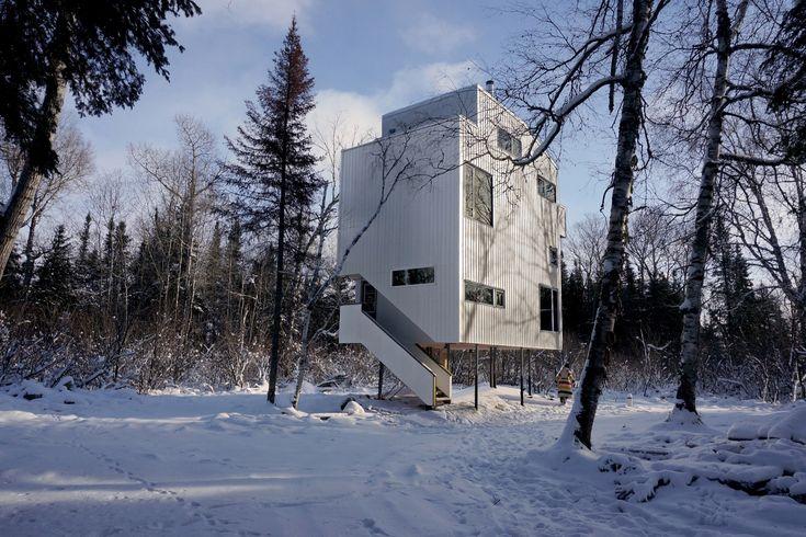Construido en 2016 en CanadáLa Casa Poste es una vivienda rural diseñada para una pareja y su hijo. Se ubica en un sitio arbolado de la región Interlake en Manitoba, que se...