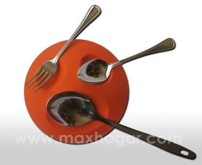 El SOPORTE PARA CUCHARAS permite que se ubiquen sobre el diferentes utensilios de cocina tales como: Cucharas, cucharones, tenedores y palas (entre otros). Teniendo en cuenta que normalmente en el momento de cocinar, estos se encuentran contaminados de comida, al colocarlos sobre el SOPORTE PARA CUCHARAS se evita ensuciar el área de trabajo de una manera divertida y práctica.
