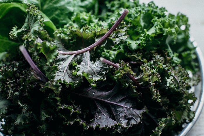 サラダのベースにもなるケールには、特にこだわって選ばれています。色の鮮やかさや深い味わいは、契約農家から直送して仕入れているお野菜だからこそです。 Green Brothers (グリーンブラザーズ)