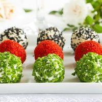 Праздники пора маленьких капризов и вполне исполняемых! Позвольте себе маленькие гастрономические радости, например приготовьте изысканные закуски в виде жемчужин. Они отличаются пикантным вкусом и нежной текстурой. А приготовить это праздничное блюдо просто. Предлагаем несколько рецептов сырных шариков, крабовых шариков, шариков в обсыпках из специй, а так же варианты из овощей или с начинками.   Еще