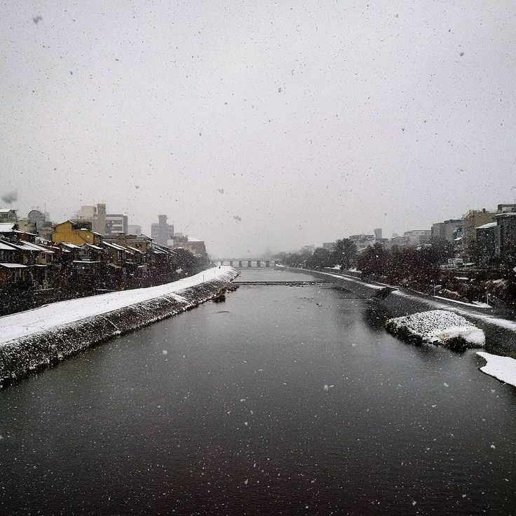 It's snowing in Kyoto! Very cold now...! Bruhhh #mizumushikun #kyoto #snowing #kamoriver #river #snow #winter #cold #sky #cloud #japan #landscape #view