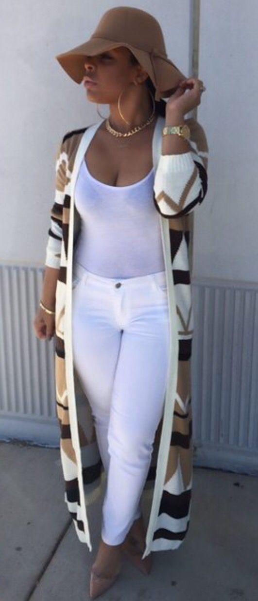 Witte broek, wit hempje, roze lange vest