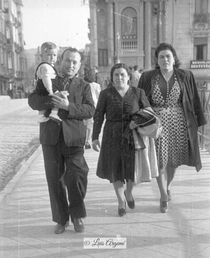 Familia sobre el Puente de los Peligros, años 40. Murcia © Luis Argemí.