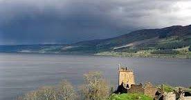 Hola Estigios hoy hablaremos de uno de los grandes desconocidos de Escocia:el Lago Morar. Se trata de un lago de agua dulce que ocupa el quinto lugar en cuanto a lagos más grandes del Reino Unido y es también el más profundo con sus impresionantes310 metros de profundidad! Las investigaciones realizadas en este lago han demostrado que su origen fue un impresionante glacial. Este lago tiene una naturaleza algo salvaje donde el viento golpea más fuerte. no es tan tranquilo como otros lagos Sin…