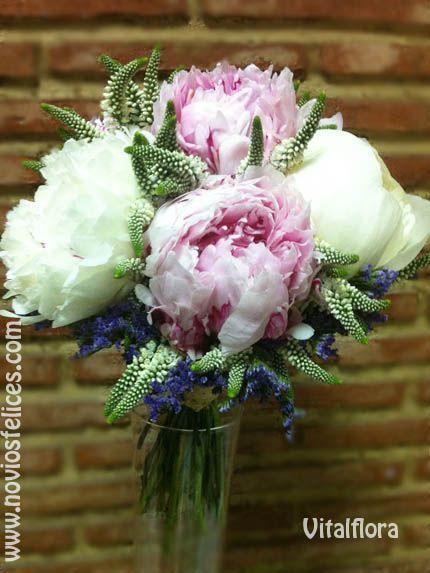 Romántico ramo de novia de peonias de color blanco y rosa, delphinium y limonium azules