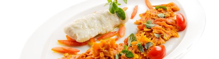Mini laços com lombinho de pescada ao vapor, molho de tomate fresco e orégãos