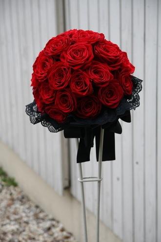 シンプルながらも贅沢かつインパクトあるブーケ 花びらが重なるところに黒が現れるほど濃く深い赤のバラ。それが集まり更に新しい黒を生む。  そんなバラだけでラウンドブーケをつくり、そこに黒のレースをあてがう。シンプルながらも贅沢かつインパクトあるブーケです。  ありそうでなかなかないこの組み合わせを、是非お試し下さい。