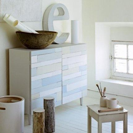 Fabriquer un meuble en cagettes  Réalisé avec des lattes de cagettes peintes de différentes nuances de blanc pour lui donner du relief, ce meuble est à la fois chic et écolo.