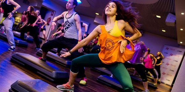 Zumba, uma das modalidades mais divertida e eficaz para ficar em forma, combina aeróbica com ritmos latinos como salsa, merengue, flamenco, bachata, reggaeton, samba ... além disso...