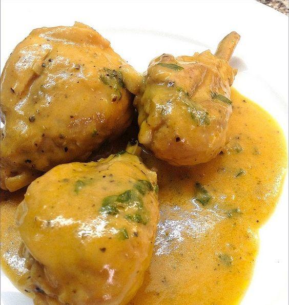 Hacía tiempo que no probaba un pollo tan sabroso. El romero fresco que se lleva tan bien con las carnes rojas, en esta receta le da al p...