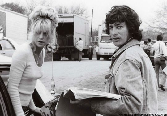 """Director Steven Spielberg and Goldie Hawn on-set of """"The Sugarland Express"""" (1974). William Atherton was the male lead."""