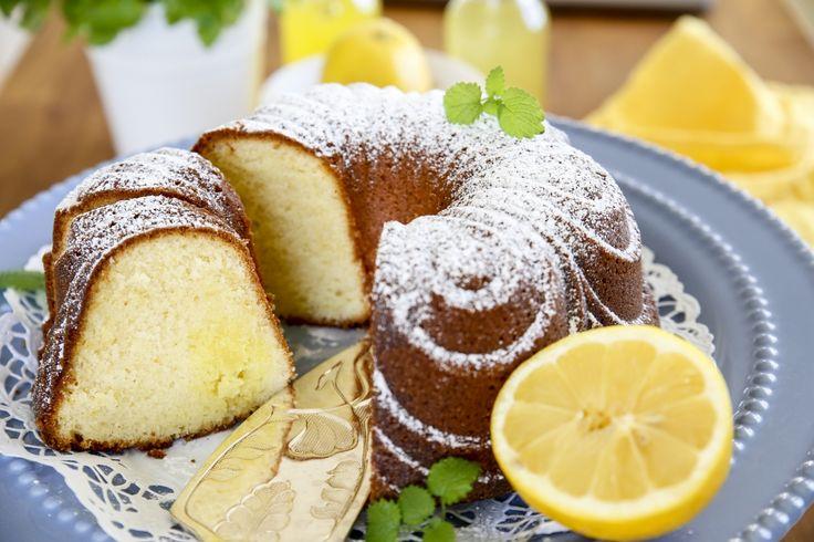 Underbar sockerkaka med citron där glasyren har på mitt i kakan!