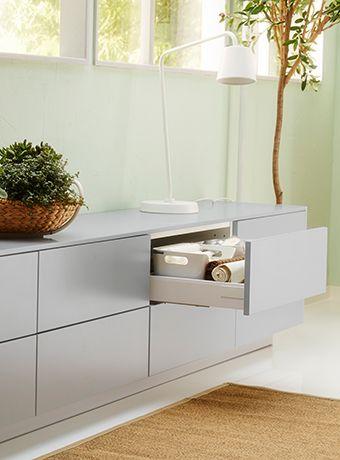 El mismo banco de cajones de IKEA con un cajón abierto que deja ver su contenido.