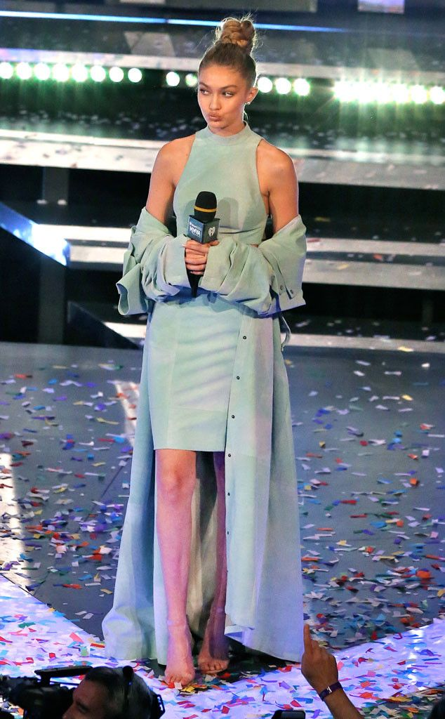 When a supermodel hosts an award show, the fashions are bound to take center stage.  Sunday night...