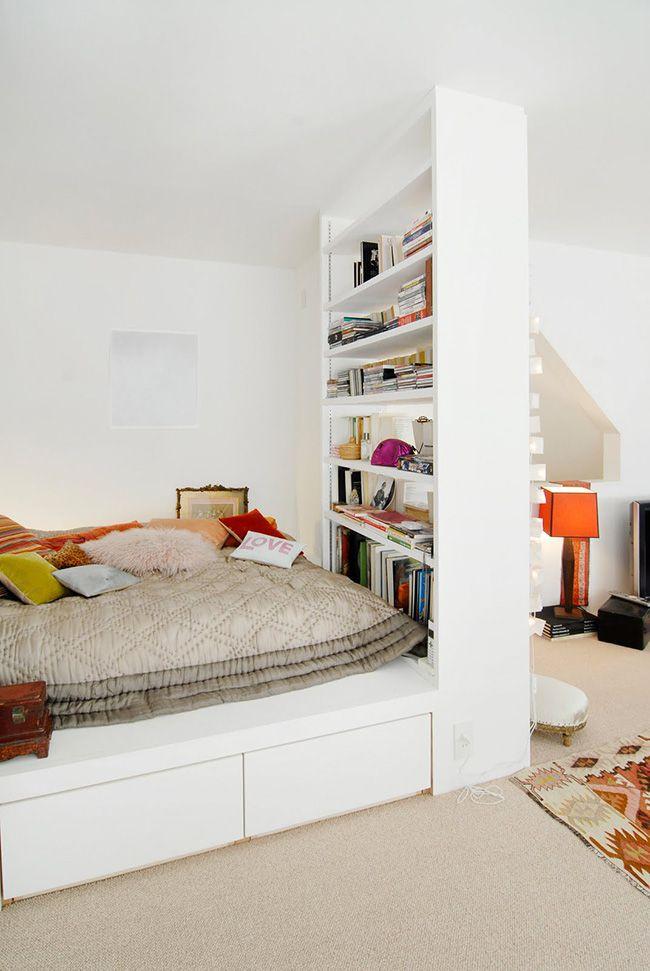 """lit estrade """"alcove"""" dans un coin - isolé par une étagère"""