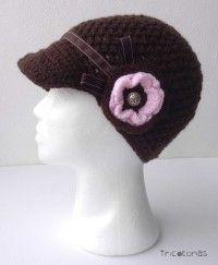 gorra tipo boina de crochet con flor Boina para mujer con una flor color chocolate y rosa
