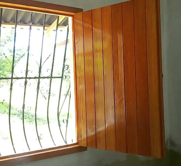 Ventana machimbrada acabado en poliuretano color cedro