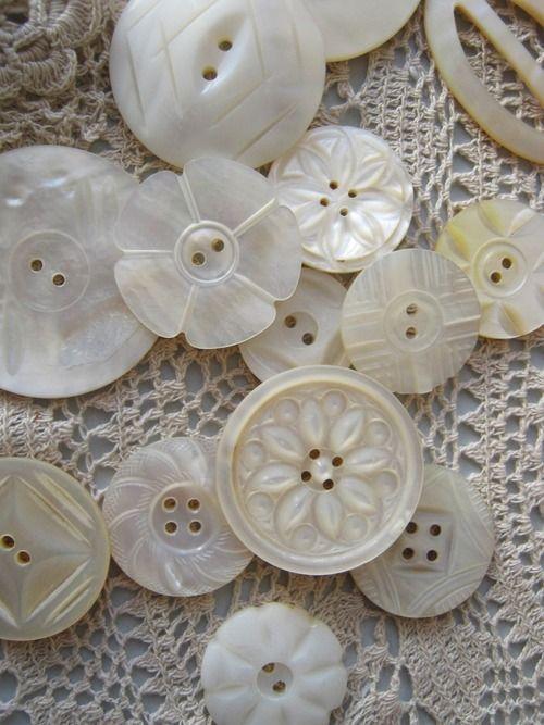 Tengo algunos botones antiguos , que pertenecieron a mis abuelas y a mi suegra. Me gustaría sacarlos de la caja y hacer algo bonito para que se luzcan. No se me ocurre qué.