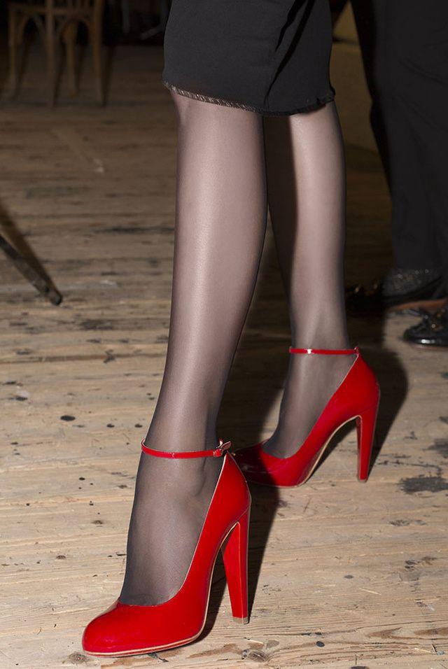Pour sa collection automne-hiver 2016-2017 présentée à la Fashion Week de Paris, la créatrice Yazbukey a de nouveau collaboré avec Christian Louboutin le temps d'une ligne de chaussures flamboyantes, délicieusement rétro.
