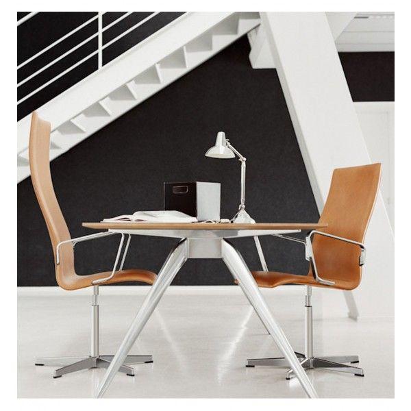 La silla Oxford fue diseñada por primera vez en 1963 para los profesores de la Universidad de Oxford. Dos años después la silla fue puesta en producción. 40 años después de su creación esta silla ha sido modificada respetando el diseño original de Arne Jacobsen. Su resultado fue más delgado, estético y cómodo con un diseño escultural.