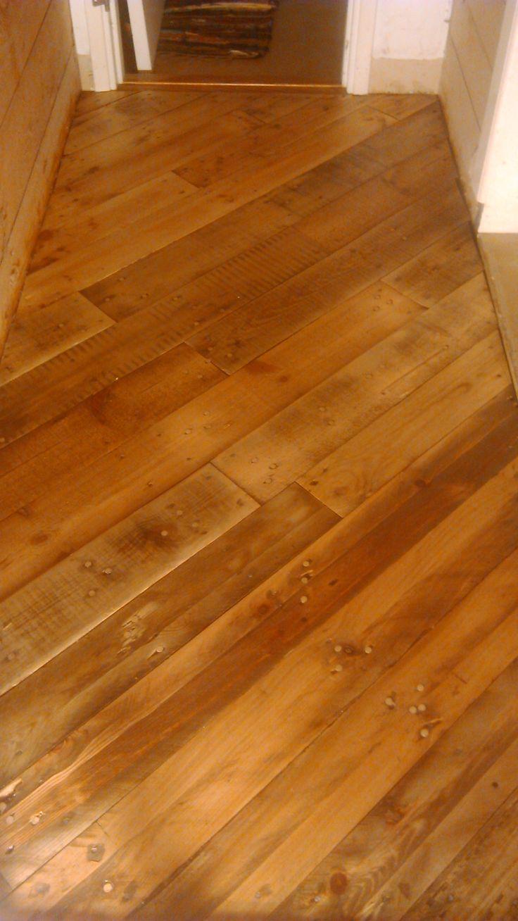 Nytt golv i hallen. Gjort av brädor från gamla pallar. Helt underbart.