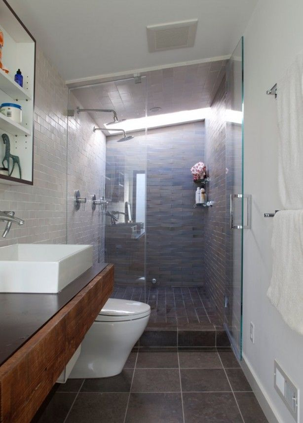 Smalle badkamer goed gebruikt. Wel grote doucheruimte met twee douchekoppen.