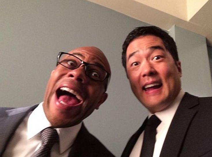Rockmond Dunbar y Tim Kang en el set de la temporada 7 de The Mentalist. Vamos, ¡¡todos sabíamos Cho podía sonreír!!  :)