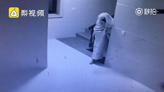 Video: Pencuri menyamar jadi hantu untuk lepasi CCTV namun tertangkap jua akhirnya   Video: Pencuri menyamar jadi hantu untuk lepasi CCTV namun tertangkap jua akhirnya  Seorang pencuri menjadi popular di China selepas videonya menyamar jadi hantu ketika cubaan mencuri menjadi viral di media sosial negara itu.  Bagaimanapun lelaki itu tetap tertangkap biarpun sudah menyamar.  Rakaman CCTV di dalam rumah di sebuah rumah di Jinjiang wilayah Fujian memaparkan pencuri itu menjenguk kepalanya di…
