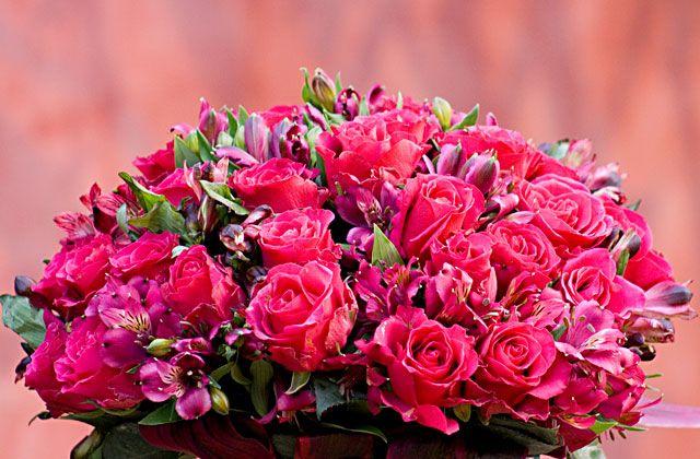 Uma decoração romântica repleta de arranjos florais, típicos de um casamento de princesa. Inspire-se!