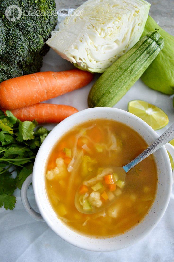 Disfruta de la mejor sopa de verduras. Muy fácil de preparar, saludable y perfecta para aprovechar los vegetales e incluirlos más en tu alimentación.