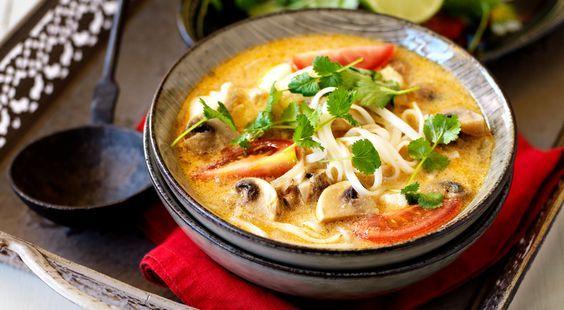 Recept på röd curry- och kokossoppa med torsk och risnudlar. En soppa med mild currysmak. Vill du hotta till den så öka mängden currypasta.