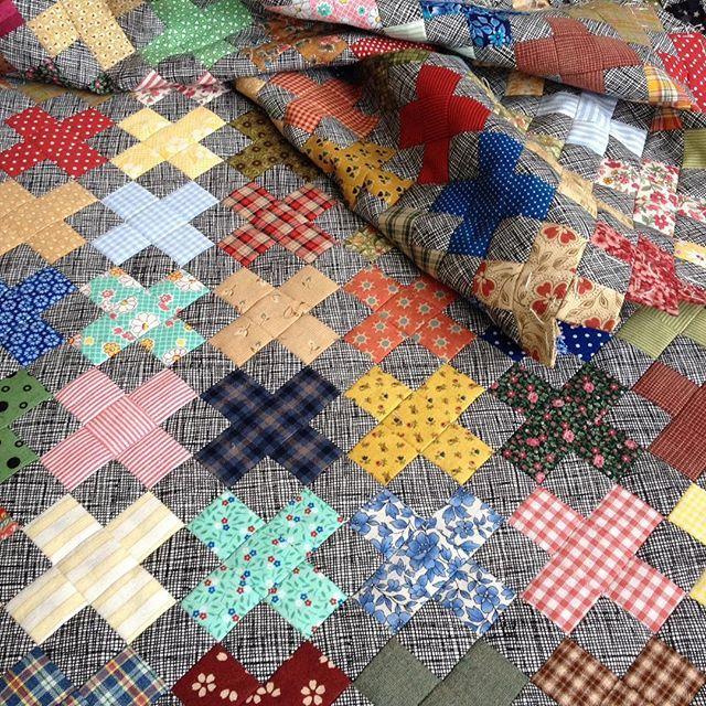 I sew my #plusquilt again and enjoy watching it grow. Syr på min ✖️quilt igen og nyder at se den vokse. #EPP #englishpaperpiecing