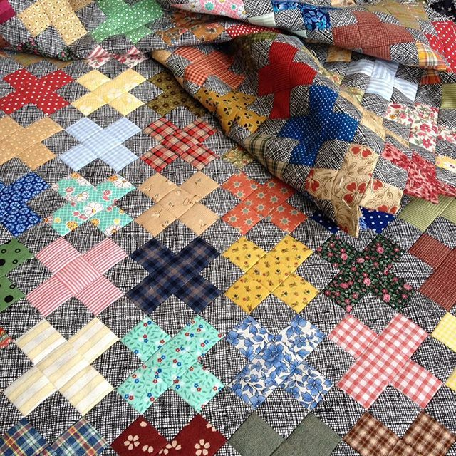 I sew my #plusquilt  again and enjoy watching it grow.  Syr på min ✖️quilt igen og nyder at se den vokse. #EPP #englishpaperpiecing