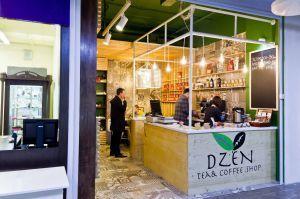 Dzen. Tea & Coffee Shop Магазин чая и кофе на 1 этаже торгового центра на Мичуринском проспекте. Небольшое пространство комфортно совмещает несколько зон, включая место для проведения камерных чайных церемоний.
