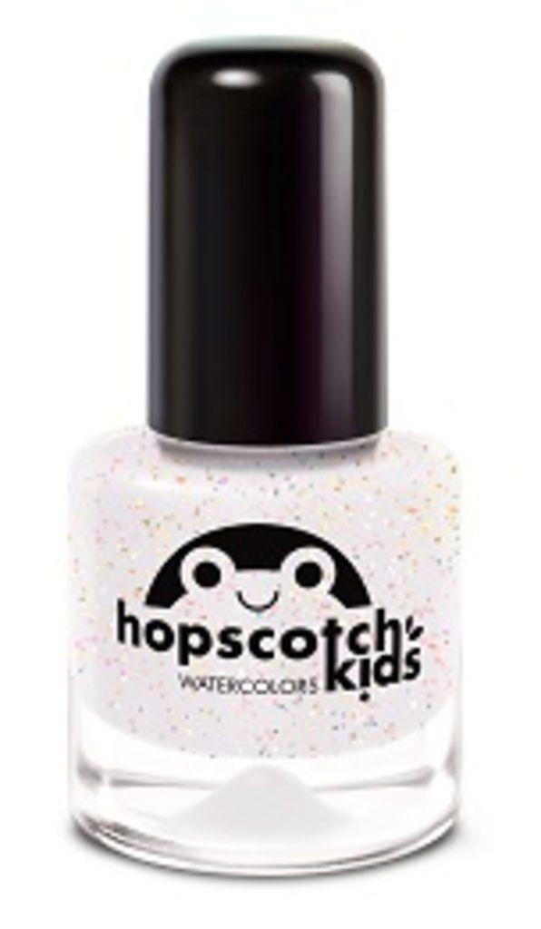 Wat fijn van het merk Hopscotch kids! Een nagellak op waterbasis zonder schadelijke stoffen. Ideaal voor als jouw dochtertje dol is op nagellak. De nagellak droogt binnen 3 minuten. Als je daarna een topcoat aanbrengt blijft de nagellak langer zitten. Je kunt kiezen uit een topcoat met of zonder glitters. Voor het verwijderen van de nagellak kun je