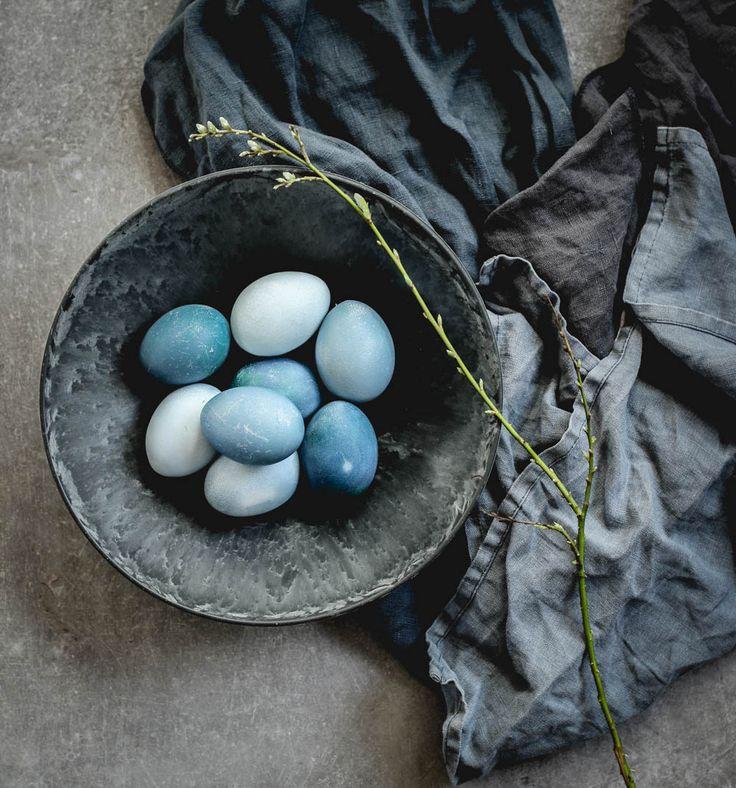 Färga äggen naturligt. Rödkål ger blåa ägg   Idag är det söndag och dags för matstylingsstips! Vad passar bättre än naturligt färgade ägg när vi närmar oss påsk? Det om något skriker matstyling och kreativitet. Allt fler...