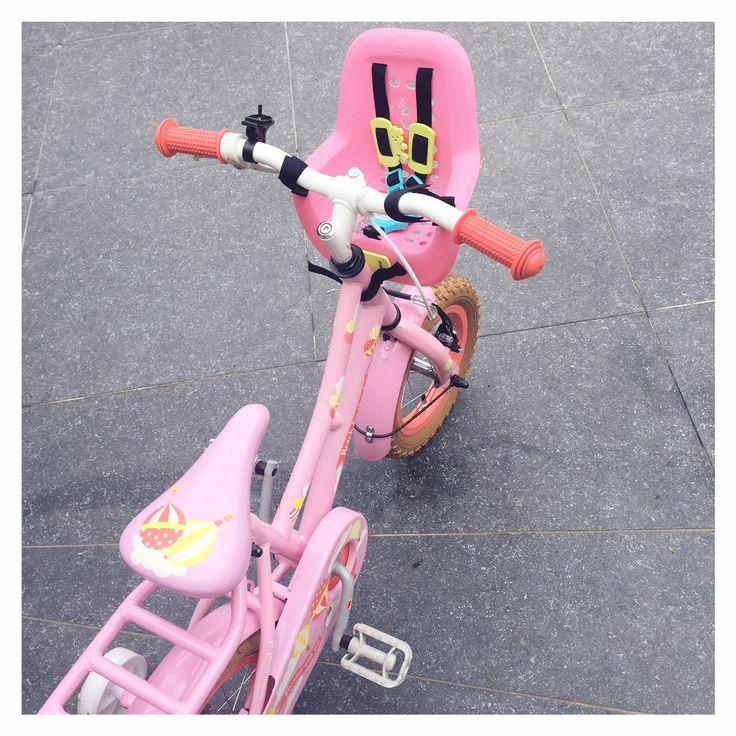 Leren fietsen op je roze fiets en de nieuwe BABY born Sister pop en de Play & Fun bike collectie. Zo leerden wij onze peuter fietsen met zijwieltjes,