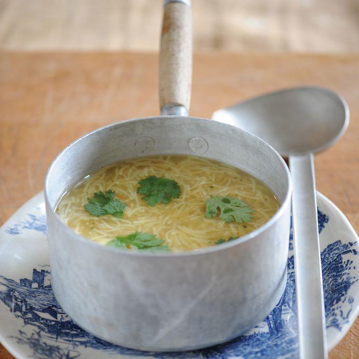 Découvrez la recette Bouillon de poule au vermicelle sur cuisineactuelle.fr.