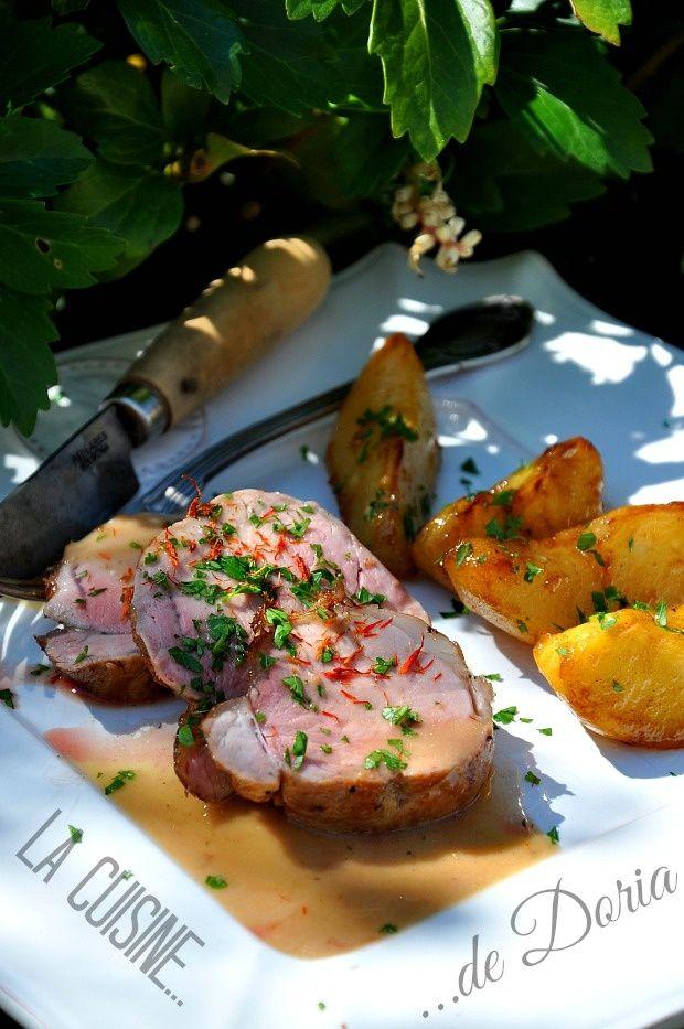 A basse cuisson, la viande est très tendre... Ingrédients pour 4 personnes 1 filet mignon de porc d'1kg à température ambiante 2 pommes 2 poires 2 cs de sirop d'érable 1 cs d'huile d'olive 20 cl de fond de veau 30 gr de beurre 5 cl de crème fraîche 1...