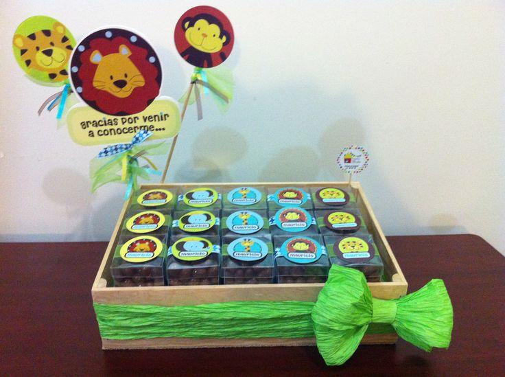 Charola decorada con cajitas llenas de pasitas con chocolate para regalitos en la Maternidad. Casita del detalle en facebook, busca nuestro catalogo completo