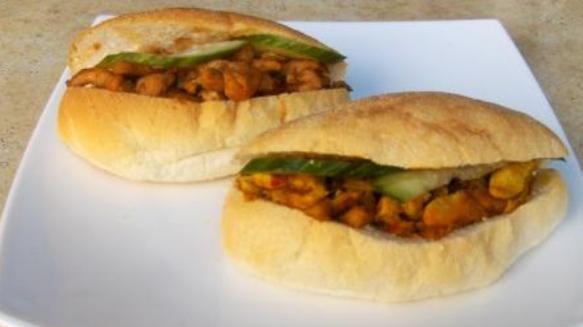 Surinaamse broodjes zijn belegde witte pistolets ook wel Surinaamse puntjes genoemd. Het beleg van de Surinaamse broodjes zijn Surinaamse vlees, vis of groenten gerechten zijn.