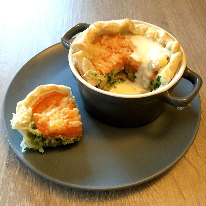 Zoete aardappeltaartje met blauwe kaassaus